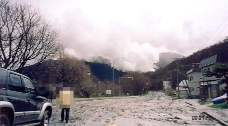 有珠蛇行道路と噴煙