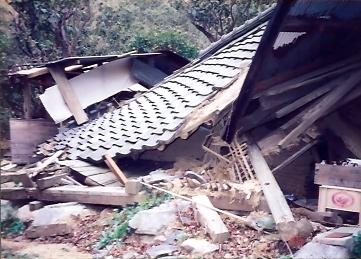 淡路崩壊納屋